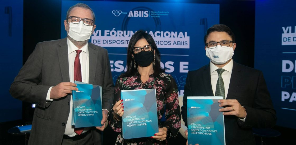 José Márcio Cerqueira Gomes, Gabrielle Troncoso e Bruno Boldrin Bezerra, seguram o livro ABIIS